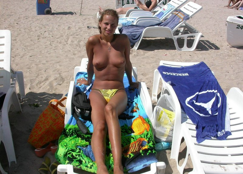 Voyeur pervert catch a sensual babe topless at the beach tanning and exposing her boobies
