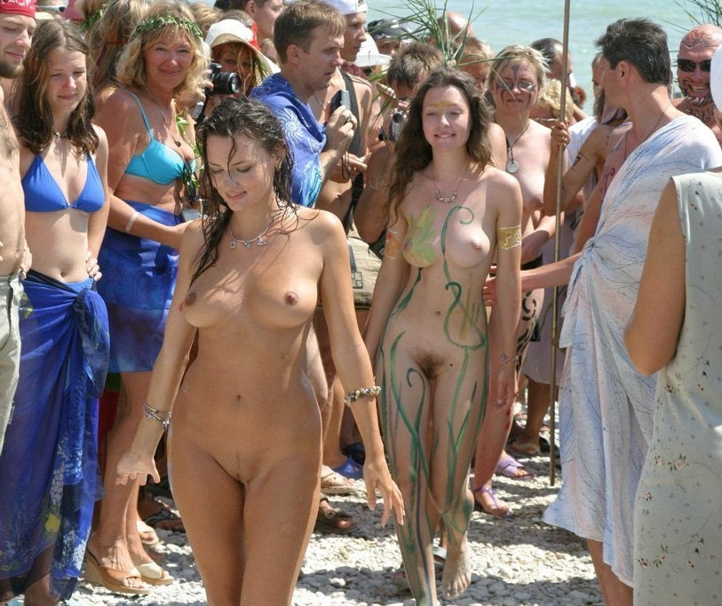 Nudegirls in crowd