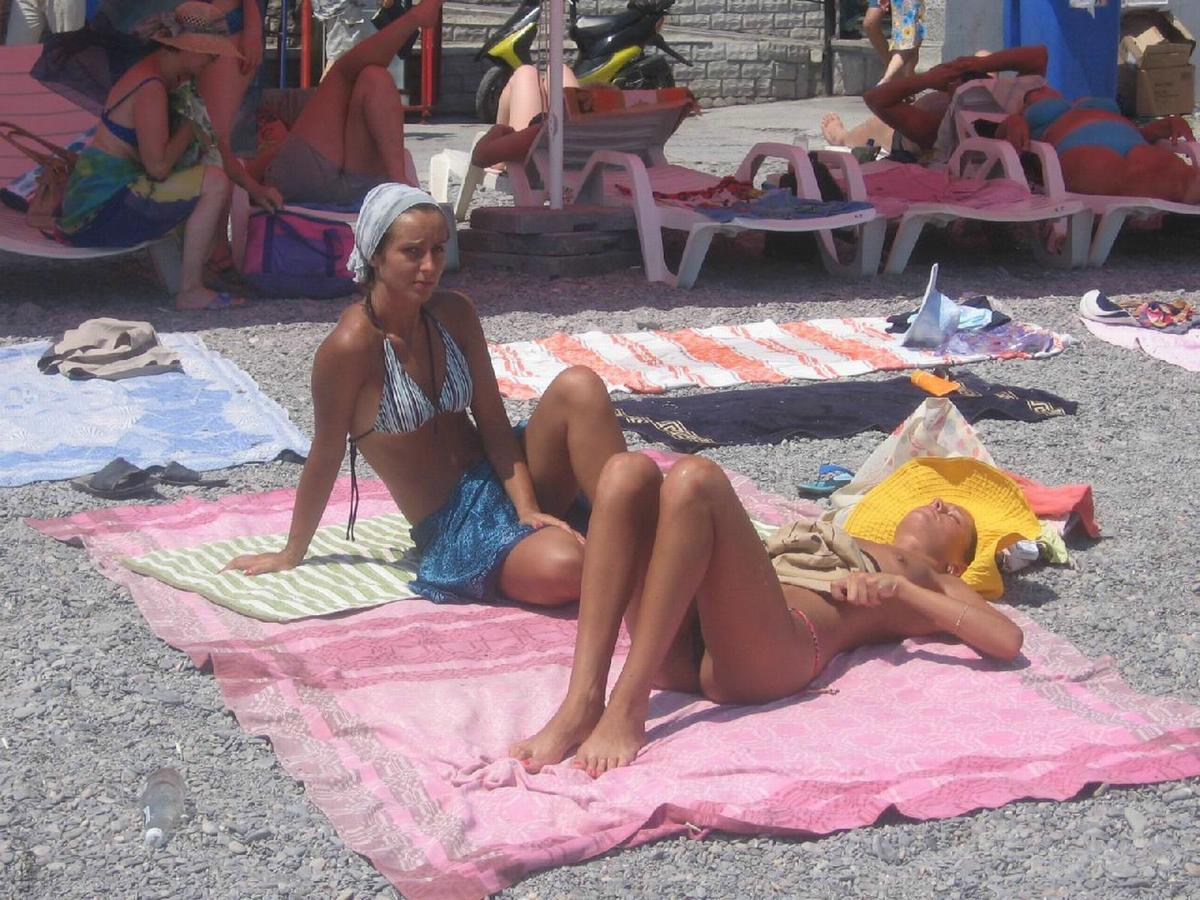 Horny voyeur amused by sunbathing college girls