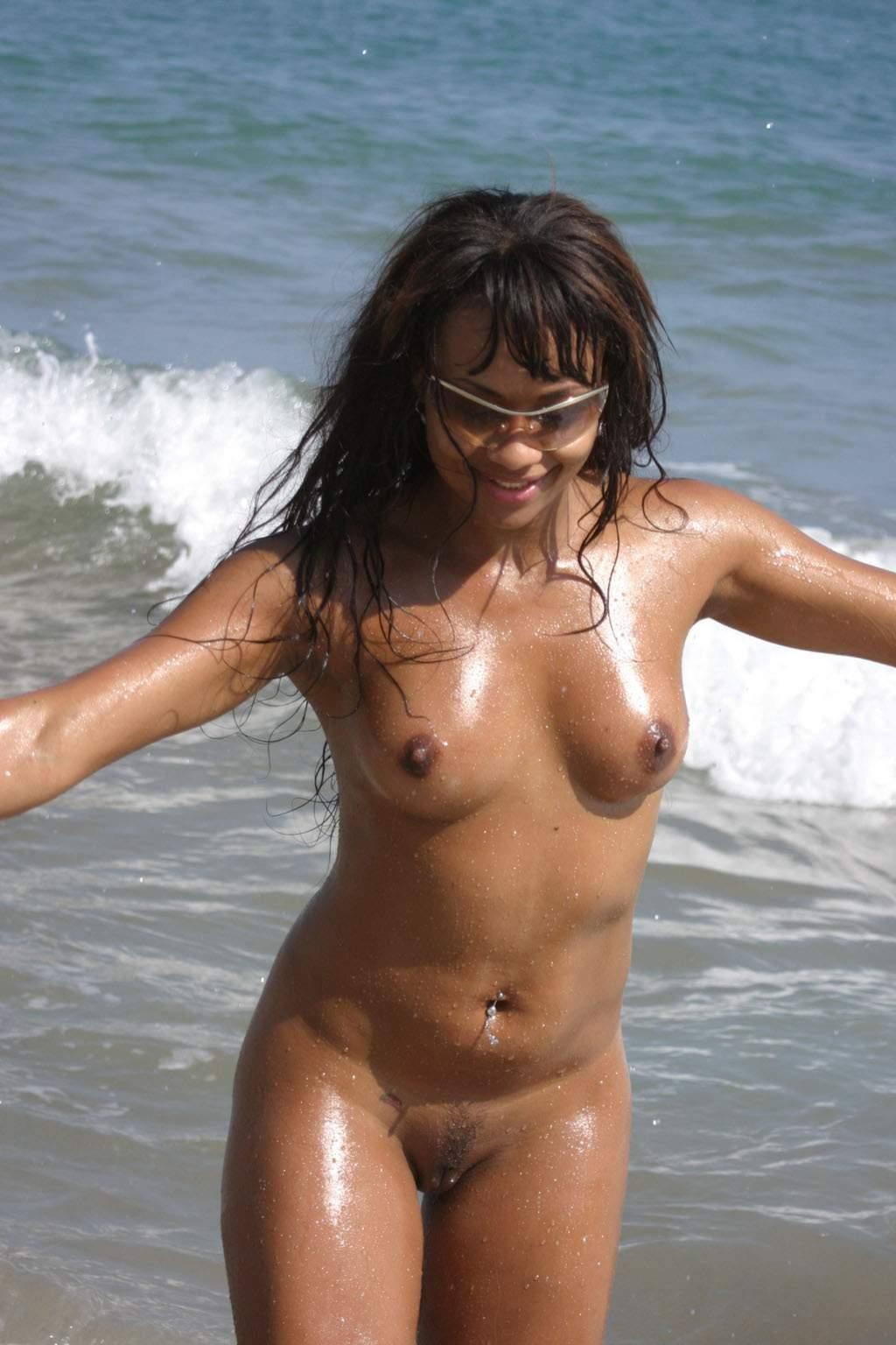 Naked hot latina lavishing the affection of gentle sea breeze