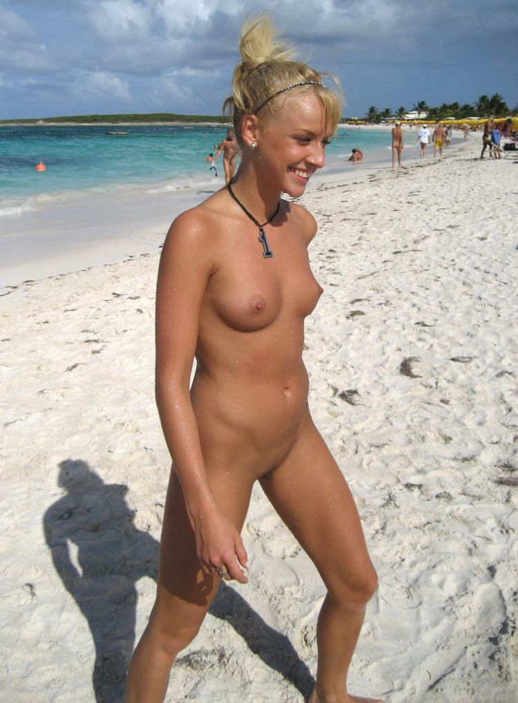 Nude blonde with a really nice smile